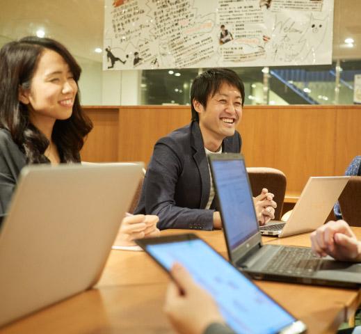 笑顔溢れるオフィスの画像